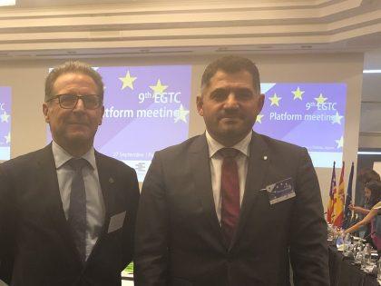 Uxío Benitez achégalle á presidenta da comisión europea Ursula Von der Leyen a problemática do peche da fronteira do Miño